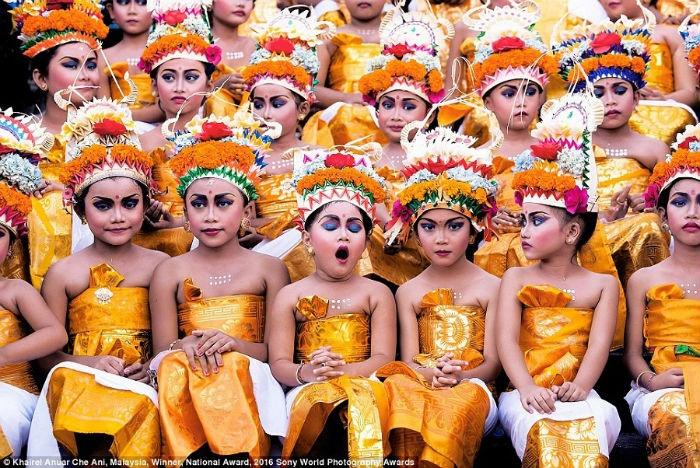 Bức ảnh về nhất với hạng mục quốc gia của Malaysia khắc họa các vũ công nhí trong lễ hội Melasti, Bali, Indonesia