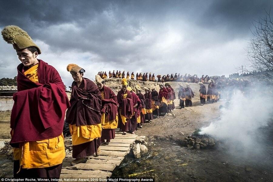 Các nhà sư đang khất hành trong lễ Monlam giữa mùa đông của Tây Tạng