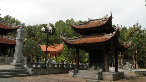 Khuôn viên Chùa Non Nước Hà Nội