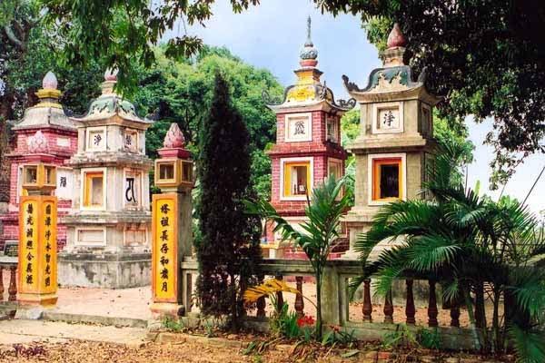 Vườn tháp tại chùa Quang Ân Hà Nội