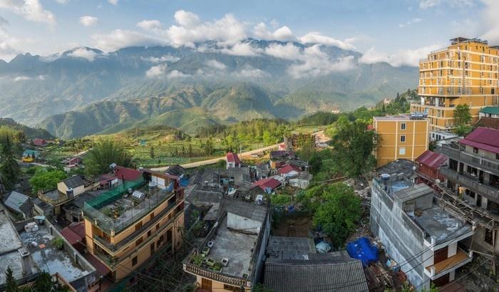 Bảng lảng sương sớm thành phố Sa Pa nhìn từ trên cao