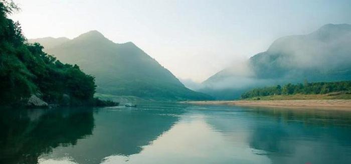 Hòn Kẽm nằm ở phía thượng nguồn dòng sông Thu Bồn.