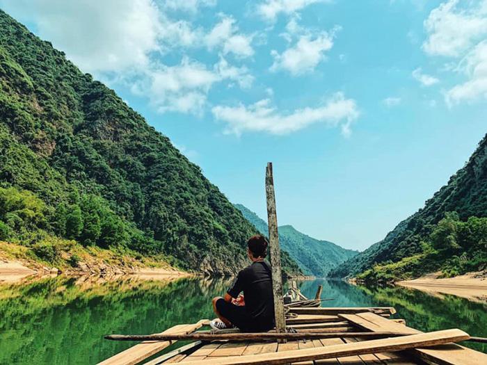 Dòng sông Thu Bồn nằm hiền hòa giữa hai vách núi dựng đứng, góp phần tô điểm tạo nên bức tranh sơn thủy hữu tình tuyệt đẹp.