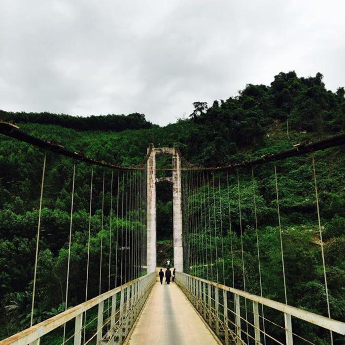 Chiếc cầu treo nối liền 2 dãy núi và 2 bên bờ sông Thu Bồn.