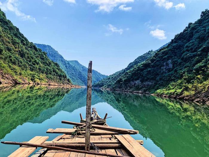 Du khách đến Hòn Kẽm có cảm giác như đang lạc vào chốn bồng lai tiên cảnh.