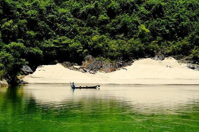 Một góc Hòn Kẽm thơ mộng giữa khung cảnh non xanh nước biếc làm say lòng du khách.