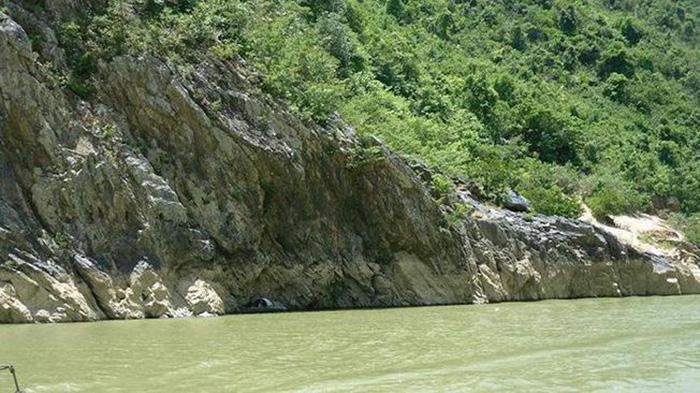 Những phiến đá nằm dựng đứng hai bên bờ sông điểm thêm nét hùng vĩ cho khung cảnh nơi đây.