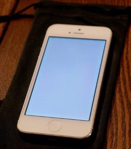 man-hinh-iphone-5-bi-am-xanh