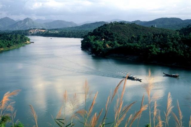 Nước sông trong vắt như tấm gương khổng lồ ngày ngày in bóng bầu trời xanh.