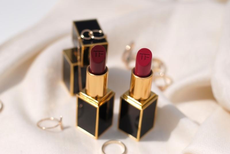 Nếu muốn sở hữu làn môi đỏ thẫm đẹp, thì TOMFORD VELVET CHERRY chính là sự lựa chon tốt nhất, có giá khoảng 1tr300/cây.