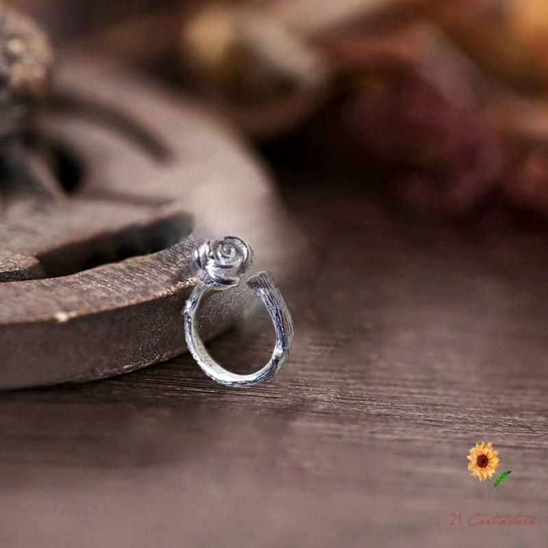 Chiếc nhẫn thiết kế hình bông hồng này có giá 225.000 đồng, và được giao hàng miễn phí khắp mọi miền đất nước
