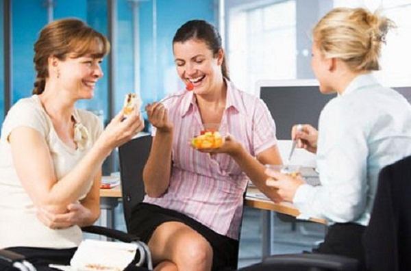Việc ăn vặt với tần suất liên tục cũng là thói quen xấu ảnh hưởng tới sức khỏe