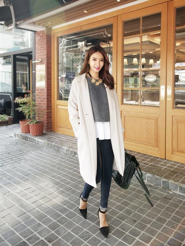 Áo khoác trắng cùng legging