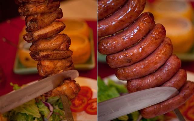 Những xiên thịt, xúc xích hấp dẫn được chế biến theo phong cách Brazil