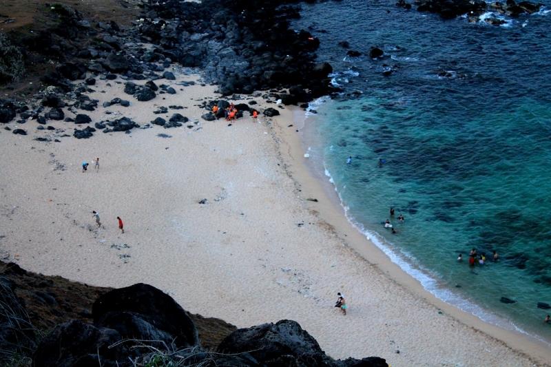 Bãi cát hình lưỡi liềm được giới hạn bởi những mũi đá nhô ra biển.