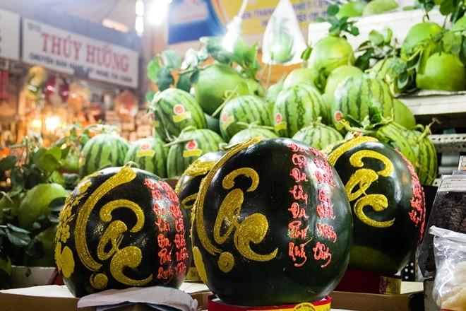 Những năm gần đây, các loại trái cây với kiểu dáng độc đáo lạ mắt thường rất hút hàng. Không chỉ với mục đích cúng kiếng, nhiều chủ nhà còn thích dùng trái cây để chưng như một loại quả kiểng trang trí ngày Tết.