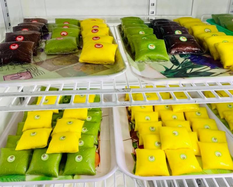 Những chiếc bánh đủ màu với các loại nhân khác nhau, được dán tem cẩn thận