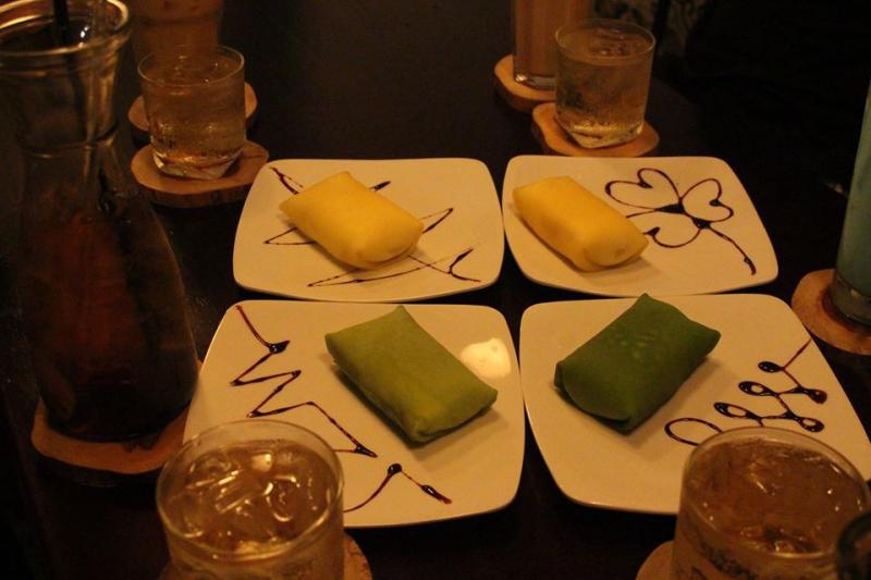 Người ta thích đến quán gọi một chiếc bánh được xếp gọn trên đĩa và uống trà đá để xua tan ngày dài mệt mỏi