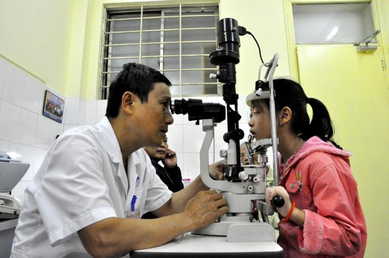 Bác sĩ đang kiểm tra thị lực cho bệnh nhân