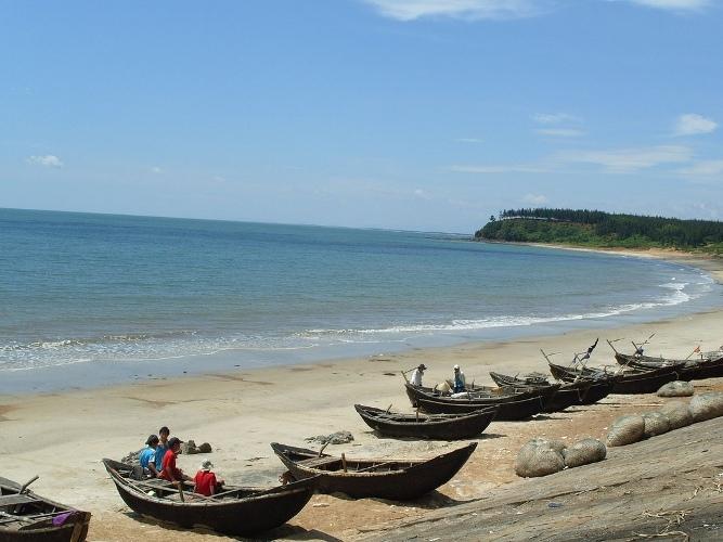 Bên bờ biển còn có những chiếc thuyền đánh cá nhỏ