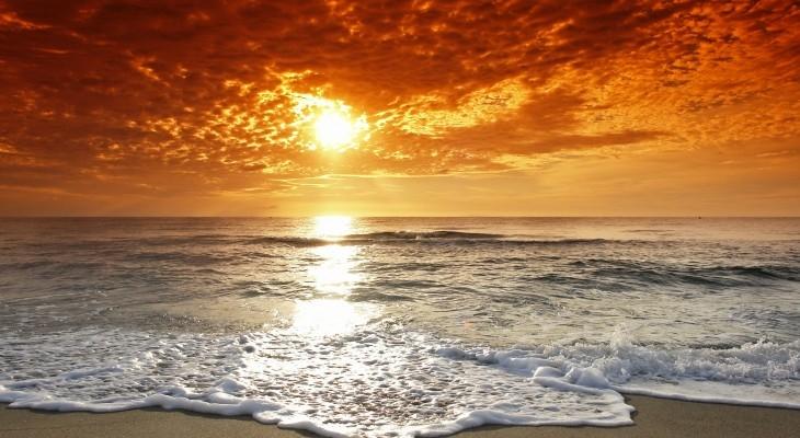 Ánh nắng dịu nhẹ lan xuống như đùa giỡn với từng con sóng nhấp nhô trên biển.