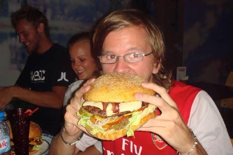 Cận cảnh chiếc bánh Hamburger bự của Black Cat