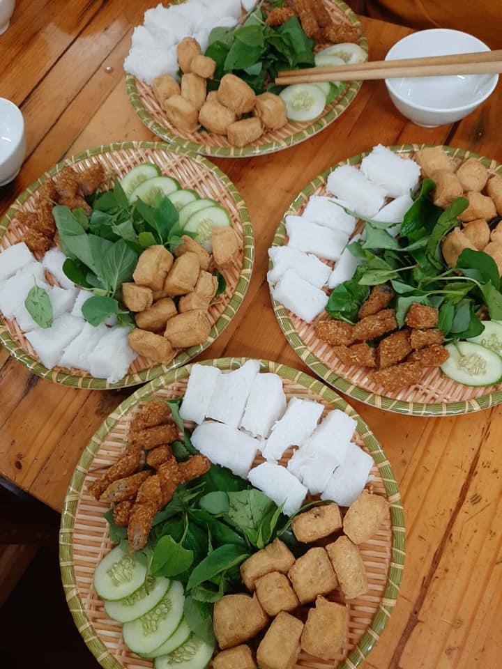 Bún đậu mẹt với đầy đủ, full topping gồm đậu rán, chả nem, chả cốm, thịt ba chỉ luộc, bún lá thì chắc nịch tươi mát