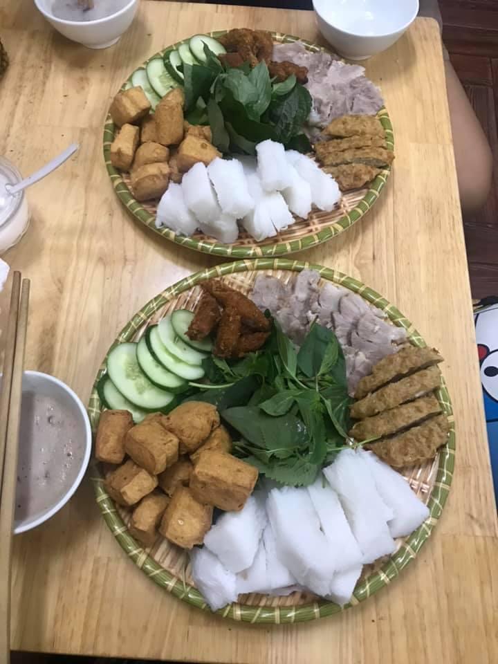 Đặc biệt, tại Tràng An, chả cốm rất được ưa chuộng, được đánh giá ngon, mềm dẻo còn nguyên hạt cốm, thịt thơm, chắc