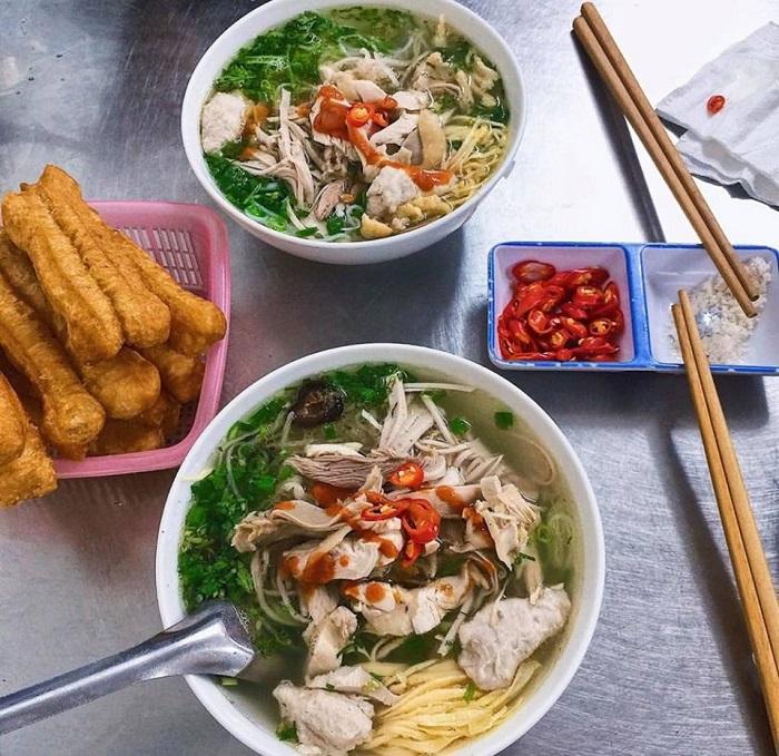 Bún thang lại là món ăn sáng của người Hà Nội được chế biến cầu kỳ.