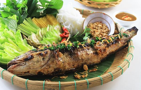 Cá lóc nướng trui thường ăn kèm với rau sống và nước mắm chua ngọt