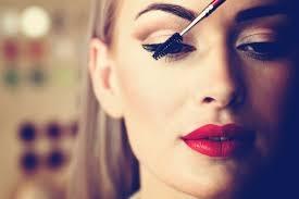 Chăm sóc sắc đẹp cho chị em : makeup, làm nail...