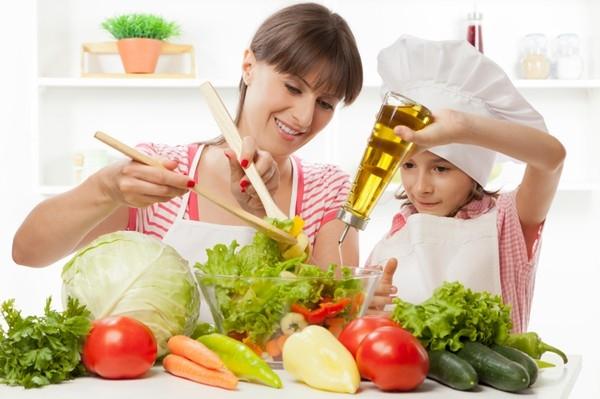 Cho trẻ cùng tham gia nấu nướng