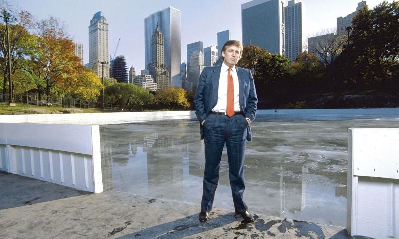 Donald Trump đứng tại trung tâm công viên