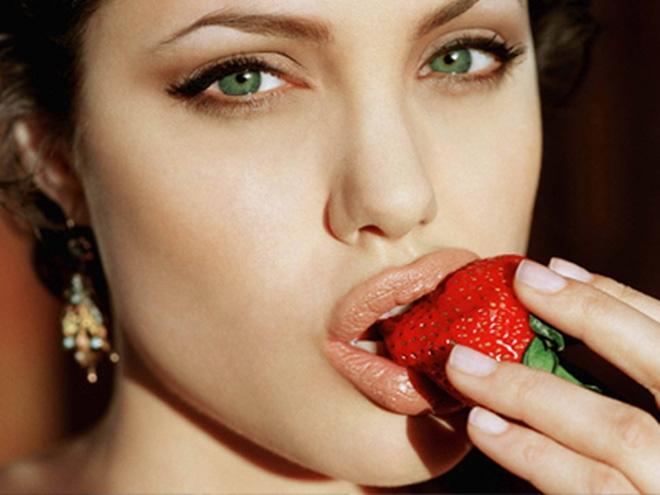 Ăn nhiều hoa quả giúp cung cấp vitamin và khoáng chất cho đôi môi
