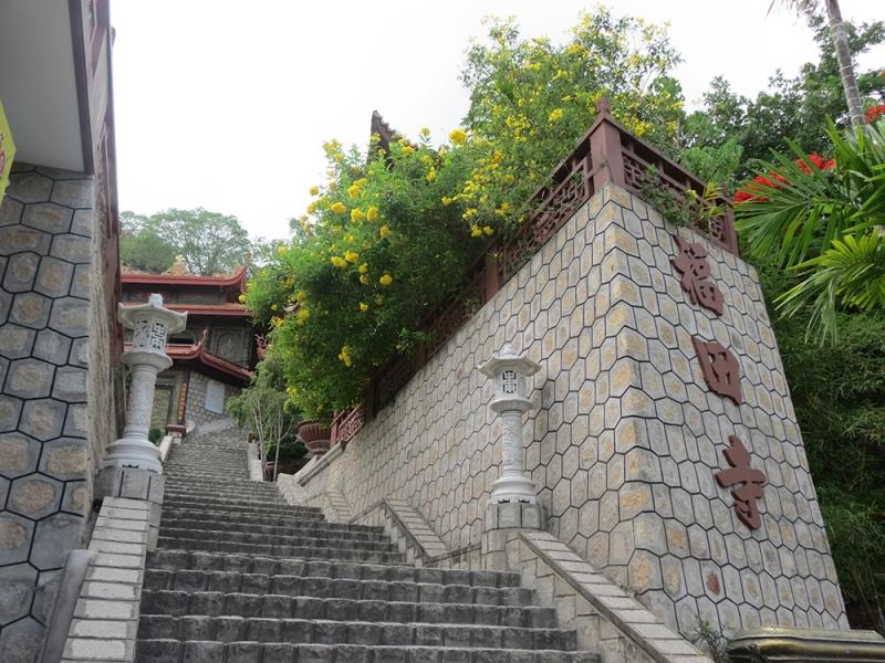Từ chân núi đến chùa Hang du khách phải vượt qua 300 bậc thang cao.