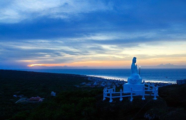 Chùa Linh Sơn - núi Cao Cát là một quần thể thắng cảnh đẹp của Phú Quý