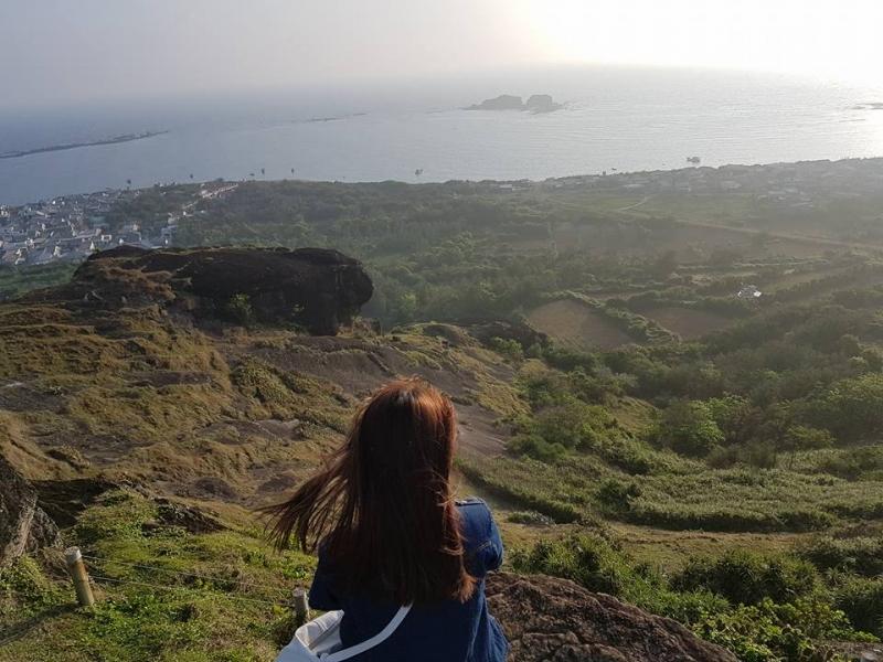 Từ trên đỉnh Cao Cát, du khách có thể phóng tầm mắt xuống cả một vùng không gian rộng lớn quanh đảo.