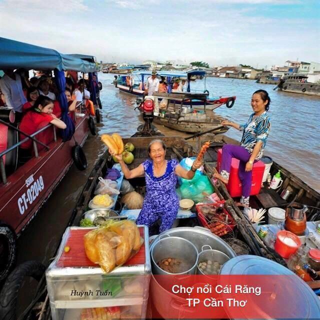 Người dân bán hàng hóa trên sông