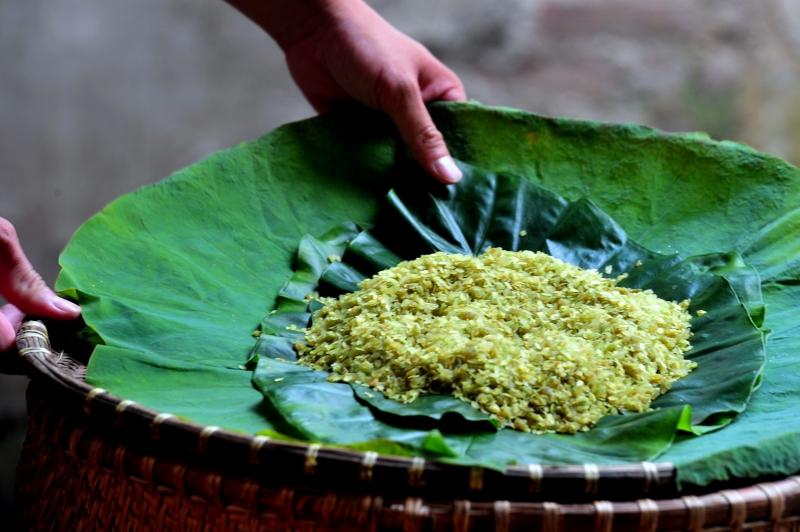 Thứ cốm xanh của gạo nếp, hương vị ngào ngạt của lá sen