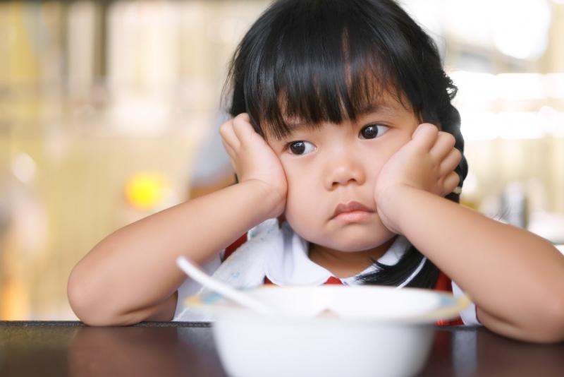 Con không tập trung là một trong những nguyên nhân khiến trẻ không muốn ăn