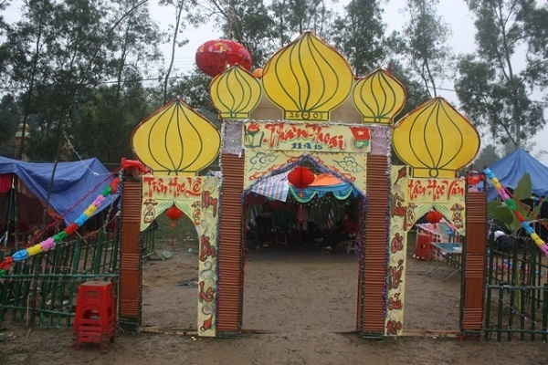 Cổng trại hình những ngọn nến độc đáo