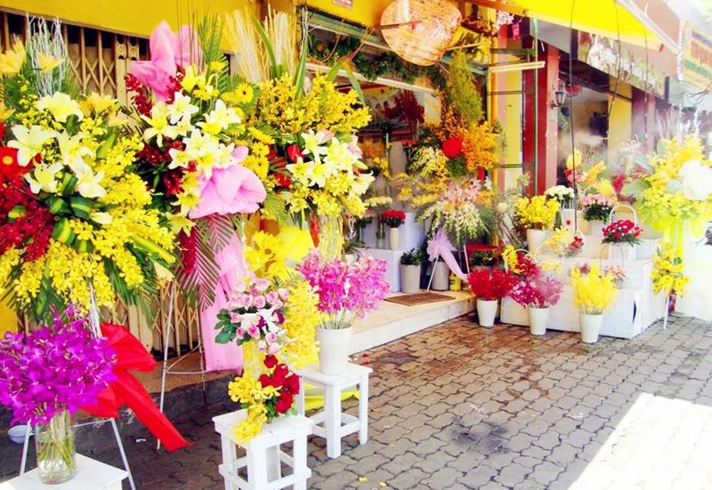 Không gian tại cửa hàng hoa giả Nguyễn Thị Khê