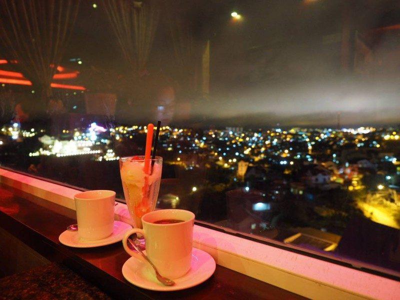 Ban đêm từ đây nhìn về thành phố cực đẹp với những ánh đèn sáng lấp lánh