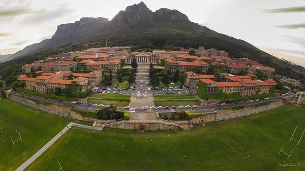 """Đại học Cape Town  """"tựa lưng"""" vào dãy núi Bàn, nổi tiếng là một trong những kỳ quan thiên nhiên hiện đại"""