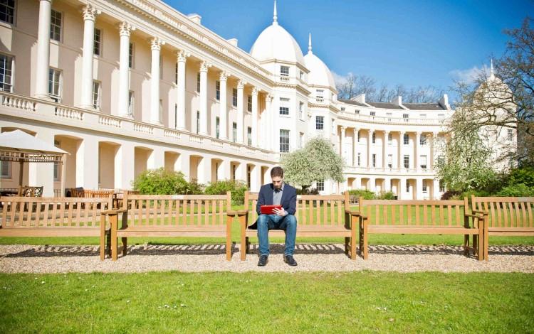 Sinh viên trường đại học kinh doanh London ôn bài