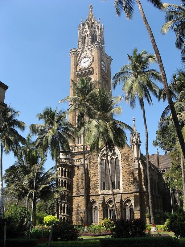 Trường nổi bật với rất nhiều họa tiết trang trí hoa văn mang nét cổ điển cùng tháp Rajabai được phỏng theo mô hình tháp Big Ben