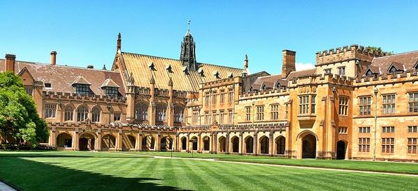 Khuôn viên hình tứ giác của Đại học Sydney được thiết kế theo phong cách kiến trúc tân Gothic