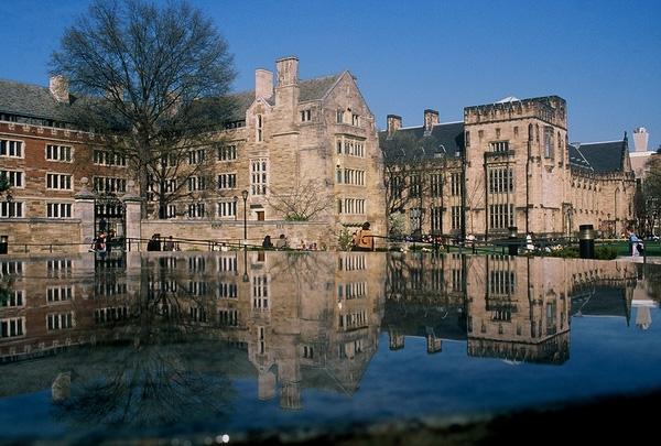 Các tòa nhà to lớn phản chiếu dưới dòng nước xanh trong khuôn viên trường