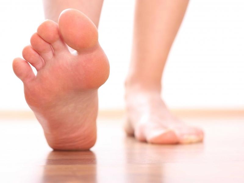 Trị nứt gót chân bằng dầu mè