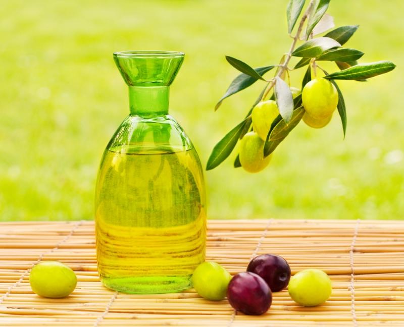 Trước khi đi ngủ, hãy massage mặt với vài giọt dầu oliu và bạn sẽ có được một làn da mịn màng, căng tràn sức sống.